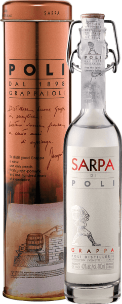 Sarpa di Poli od Jacopo Poli je silný grappa z výliskov Merlot (60%) a Cabernet Sauvignon (40%). V pohári sa táto grappa prezentuje v čírej, priehľadnej farbe. Čerstvú kyticu nesú čerstvé bylinky, škvrnité mätové a kvetinové prízvuky ruží a pelargónií. Na poschodí je táto grappa úžasne silná s rustikálnou osobnosťou - veľmi čistá a čestná v chuti. Destilácia Jacopo Poli Grappa Sarpa di Poli Baby Stále čerstvé výlisky sa tradične destilujú v starých medených horákoch. Po procese pálenia má táto grappa stále 75% objemu. Pridaním destilovanej vody dosahuje toto brandy z výliskov obsah alkoholu 40 obj. %. Táto grappa potom spočíva v nádržiach z nehrdzavejúcej ocele celkom 6 mesiacov, potom sa jemne prefiltruje a naplní na fľašu. Odporúčanie pre bábätko Sarpa di Poli Jacopo Poli Grappa Vychutnajte si túto grappu ako tráviaci prostriedok po peknom menu, alebo ju podávajte čistú pri teplote približne 10 až 15 stupňov Celzia.