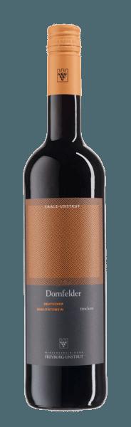 Dornfelder QbA suché z vinohradníckeho združenia Freyburg-Unstrut je odhalený v pohári v hlbokej červenej, ktorá je prekročená fialovým leskom. Rozvíja sa ovocná a silná kytica tohto nemeckého červeného vína, ktoré zvádza vôňou zrelých ostružin a ríbezlí. Tieto tóny sú zaokrúhlené jemným náznakom horkých mandlí. Toto tŕnisté pole je silné, bohaté na telo a ovocné na poschodí. Odporúčanie jedla pre Dornfelder od Združenia vinárov Freyburg-Unstrut Vychutnajte si toto suché červené víno s hovädzími roládami, vydatnými jedlami zo zveri a jahňacím mäsom. Dokonca aj mierne vychladnutý, tento Dornfelder je potešením v lete.