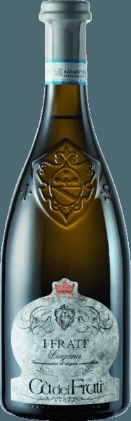 I Frati Lugana z Cà dei Frati je pýchou vinárstva a je vinifikovaný z miestnej odrody hroznaTurbiana (Trebbiano). V pohári toto víno svieti v čírej slamenej žltej so zlatými svetlami. Kytica je nádherne mnohostranná - v mladom veku je nos rozmaznaný jemnými tónmi bielych kvetov, šťavnatých marhúľ a mandlí. Keď sa tomuto talianskemu bielemu vínu poskytne čas, pridajú sa minerálne a korenené nuansy a karamelizované arómy. Na poschodí je toto víno nádherne plné s vitálnou a bujnou kyslosťou. Pikantná esencia je dokonale integrovaná do rovného, minerálneho a elegantného tela. Toto biele víno zaujme svojou jemnosťou, komplexnou osobnosťou a výraznou rozmanitosťou aróm. VinifikáciaCà dei FratiLugana Po dôkladnom zbere hrozna sa ihneď odvezie do vinárstvaCà dei Frati. Mušt sa fermentuje v nádrži z nehrdzavejúcej ocele a necháva sa na jemných kvasinkách najmenej 6 mesiacov (sur Lie ageing). Nakoniec toto víno zreje ďalšie 2 mesiace na fľaši. Odporúčania týkajúce sa potravín pre LuganaCà dei Frati Vychutnajte si toto suché biele víno z Talianska s vlažnými predjedlami alebo s grilovanou rybou s petržlenovými zemiakmi . Ocenenia pre I Frati Lugana Falstaff: 92 Body za rok 2017 Mundus Vini: Najlepšie biele víno Talianska za rok 2017 Vinum: 17/20 Body za rok 2017 Wine Enthusiast: 91 Body za rok 2015