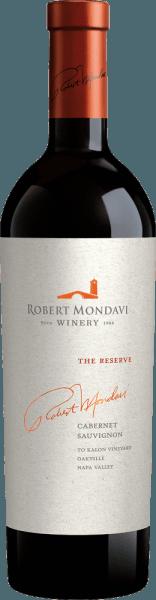 """Robert Mondavi 's The Reserve Cabernet Sauvignon je vynikajúce červené víno cuvée vyrobené z odrôd hrozna Cabernet Sauvignon (93%), Cabernet Franc (6%) a Petit Verdot (1%). V pohári toto víno svieti v tmavočervenej granátovej farbe s fialovými odrazmi a tmavočerveným jadrom. V nose sa prejavuje intenzívna aróma ohňostroja: fialová a levanduľová kombinácia so sladko zrejúcimi čiernymi ríbezľami - sprevádzaná nádychom vavrínových listov, grafitom a korenistými nádychmi dubového dreva. Chuť nie je ničím iným ako kyticou: poschodie očakáva výrazné tóny šťavnatých čučoriedok, zrelých ostružin, kaszy a sliviek. Pridávajú sa filigránové tóny čerstvých bylín, sladkého drievka a prítomnej minerálnosti. Pôsobivá aróma sa mieša s šťavnatým, bohatým telom, ktoré je obklopené silnou, viacvrstvovou textúrou. Taníny sú plné a sladko zrelé a sprevádzajú vás do veľmi dlhého, pružného a elegantného finále. Vinifikácia rezervácie Mondavi Cabernet Toto kultové víno bolo vyrobené z hrozna legendárnej vinice To Kalon (gréckej """"Krásne""""), ktorá je považovaná za najlepší terroir v Severnej Amerike pre Cabernet Sauvignon. Zber v októbri sa vykonáva výlučne ručne v malých čítacích boxoch. Pri príchode do vínnej pivnice To Kalon je zberaný tovar prísne vybraný. Bobule sa tradične fermentujú v dubových sudoch. Kaša nie je čerpaná, ale prepravovaná gravitáciou a jemne lisovaná v klasických košíkových lisoch. Dlhá macerácia trvajúca 37 dní zbavuje bobuľové šupky jemných taninov, nádherných vôní a silnej farby. Nakoniec toto víno zreje celkovo 18 mesiacov vo francúzskych dubových barikádach (100% nové drevo). Odporúčanie jedla pre Cabernet Sauvignon Rezerva Mondavi Toto suché červené víno z USA je vynikajúcim sprievodom k divokej kačici čerstvej z rúry, pečenej husi s čučoriedkami a knedlíkmi, divokému ragú s domácimi rezancami alebo so zverinou v brusnicovej omáčke. Odporúčame dekantovať toto červené víno na 2 hodiny predtým, ako si ho vychutnáte. Ocenenia pre Roberta Mondaviho Cabernet Sauvignon"""