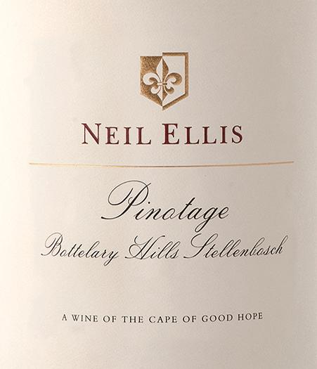 Pinotage Bottelary Hills od Neila Ellisa je nádherné odrodové a vyvážené červené víno z juhoafrického vinárskeho regiónu Stellenbosch. V tmavom rubínovom červenom s čerešňovo-červenými zvýrazneniami sa toto víno prezentuje v pohári. V bujnej kytici dominujú tmavokamenné plody (zrelé čerešne a šťavnaté slivky) s nádychom horkej čokolády. Na poschodí je toto juhoafrické červené víno nádherne vyvážené a vyznačuje sa veľkou eleganciou, zrelou štruktúrou opaľovania s jemne integrovanou ovocnou kyselinou. Finále prichádza s príjemnou dĺžkou. Vinifikácia Neil Ellis Pinotage Bottelary Hills Hrozno Pinotage pre toto červené víno sa ihneď po zbere prinesie do vínnej pivnice Neila Ellisa. Tam sa údaje najprv kvasia klasicky v nerezovej nádrži. Po ukončení procesu kvasenia sa toto víno zaokrúhľuje na 16 mesiacov vo francúzskych dubových sudoch - 60% z nich tvorí nové drevo. Odporúčaniejedla pre Bottelary Hills Neil Ellis Pinotage Toto suché červené víno z Južnej Afriky sa dokonale hodí ku všetkým druhom jedál zo zveriny v silnej tmavej omáčke, hovädziemu ragú s domácou špagetou alebo aj k vybraným šunkovým a salámovým špecialitám. Odporúčame dekantovať toto víno najmenej 1 až 2 hodiny pred vychutnaním.