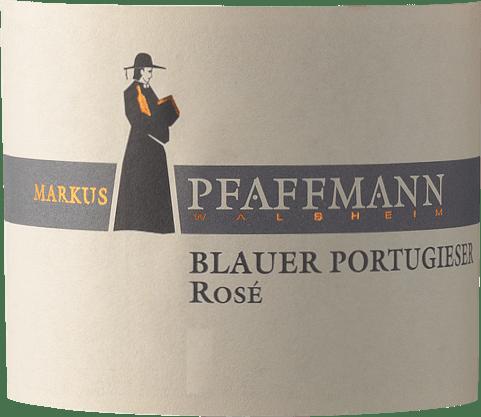 Blauer Portugieser Rosé Markusa Pfaffmanna z Falcka ponúka v pohári brilantnú, silnú ružovo-červenú farbu. V pohári toto ružové víno od Markusa Pfaffmanna ponúka vôňu čerešní Morello, sliviek, džemov a čiernych čerešní, ktorú dopĺňajú ďalšie ovocné nuansy. Blauer Portugieser Rosé možno označiť za mimoriadne ovocné a zamatové, pretože bolo vinifikované s nádherne sladkým chuťovým profilom. Toto svieže ružové víno s ľahkou nohou a mnohými vrstvami sa prezentuje na jazyku. Vďaka prítomným ovocným kyselinám sa Blauer Portugieser Rosé na jazyku prejavuje pôsobivo sviežo a živo. Finále tohto ružového vína z vinárskej oblasti Falcko konečne inšpiruje dobrým dozvukom. Vinifikácia Blauer Portugieser Rosé od Markusa Pfaffmanna Elegantné Blauer Portugieser Rosé z Nemecka je jednodruhové víno vyrobené z odrody hrozna Blauer Portugieser. Po ručnom zbere sa hrozno čo najrýchlejšie dostane do lisovne. Tu sú vybrané a starostlivo rozdelené. Nasleduje fermentácia v nádržiach z nehrdzavejúcej ocele pri kontrolovaných teplotách. Po kvasení nasleduje niekoľko mesiacov zrenia na jemných kaloch, potom sa víno napokon plní do fliaš. Odporúčanie pre jedlo Markus Pfaffmann Blauer Portugieser Rosé Toto nemecké víno si najlepšie vychutnáte dobre vychladené pri teplote 8 - 10 °C. Výborne sa hodí ako príloha k jamajským kuracím stehienkam s ananásovým šalátom, cibuľovému koláču s tymiánom alebo kokosovo-limovému rybiemu kari.