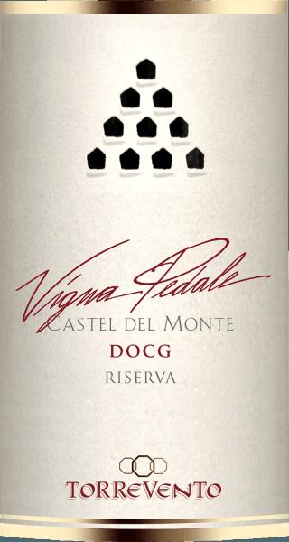 Vigna Pedale Castel del Monte Riserva DOCG od Torrevento je skutočný lovec medailí. Táto odroda Nero di Troia z Puglie má v pohári hlboko rubínovočervenú farbu. Na okrajoch sa toto špičkové víno zmení na jemnú granátovú červenú. Prvý nos pedálu Vigna z Torreventa sľubuje nádherné korenie z korenia, lesnej pôdy, húb, podrastu a všetkých druhov čiernych bobúľ. Tymián a minerálne nuansy vápencových pôd dokonale dopĺňajú kyticu pedálov Vigna. Na poschodí, soška hlavy Torrevento začína nádherne mäsitý a priľnavý. Koncentrované víno s pozoruhodnou dĺžkou a priľnavými, charakteristickými taninami, ktoré príjemne zakončujú vzduchom bez straty profilu. V prekvapivo dlhom povrchu opäť krásna rovnováha ovocia a korenia. Vinifikácia TorreventoVigna Pedale Castel del Monte Riserva Hrozno pochádza z Castel del Monte, klasifikované ako DOCG, a pochádza z viníc len niekoľko sto metrov od mora. Podnebie zmiernené Jadranom a riedka minerálna pôda zaručujú vynikajúci hroznový materiál. Po zbere hrozno okamžite migruje do vinárstva a po novom výbere sa rozdrví. Po dlhej macerácii sa začne fermentácia v nádrži z nehrdzavejúcej ocele, po ktorej nasleduje extrakcia v nehrdzavejúcej oceli a dozrievanie počas 8 mesiacov. Potom nasleduje ďalších 12 mesiacov vo veľkých dubových sudoch, kým Vigna Pedale Castel del Monte z Torreventa konečne príde do fľaše. Odporúčanie jedla pre pedály Vigna od Torrevento Vychutnajte si toto výnimočné červené víno z Puglie s hovädzím mäsom, šťavnatou pečienkou, zverinou, zrelým tvrdým syrom a salámom. Ocenenia Vigna PedaleCastel del Monte Riserva Gambero Rosso: 3 poháre na rok 2015 Bibenda: 4/5 hrozna za rok 2015 I Vini di Veronelli: 93 Body za rok 2015 Doctor Wine: 93 Body za rok 2015 Luca Maroni: 90 Body za rok 2015
