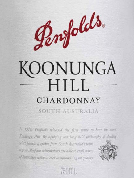 Koonunga Hill Chardonnay z Penfolds je čisté, jemne krémové biele víno z juhoaustrálskej vinárskej oblasti. V pohári toto víno svieti v jasnej slamenej žltej s trblietavými odrazmi. Ovocná kytica sa vyznačuje šťavnatými, čerstvými nektárinkami. Pridávajú sa jemné dubové nuansy a nádherné nádychy letného kvetinového medu. S šťavnatým ovocím broskyne a melónu, toto austrálske biele víno presvedčí chuť. Jemne krémové vanilkové tóny v kombinácii s tónmi sladu vytvárajú nádherne korenisto-ovocnú arómu. Telo má hĺbku a zložitosť, čo je dokonale sprevádzané jemnou kyslosťou a dlhým, sviežim ozvením. Vinifikácia vrchov Penfold Chardonnay Koonunga Hrozno Chardonnay pre toto biele víno rastie hlavne v údolí Barossa a Adelaide Hills. Po zbere bobúľ sú fermentované vo francúzskych dubových sudoch vo vinárstve Penfolds. Po ukončení procesu kvasenia toto víno zostane v drevených sudoch a zreje na jemných kvasinkách. Odporúčania týkajúce sa potravín pre Koonunga Hills Penfolds Chardonnay Vychutnajte si toto suché biele víno z Austrálie s ľahkými predjedlami, chrumkavými šalátmi s morčacími prsiami alebo s uvarenými rybami. Ale aj ako príjemný aperitív je toto víno dobrou voľbou.