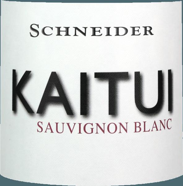 """Kaitui Sauvignon Blanc Markusa Schneidera je odpoveďou Nemecka na úspech bieleho vína na Novom Zélande. Názov už ukazuje, že Markus Schneider chce súťažiť s klasikami z druhého konca sveta - ako Cloudy Bay & Co. Kaitui znamená """"krajčír"""" v jazyku Maori (všimnite si povolanie, nie priezvisko). Kaitui Sauvignon Blanc prichádza do pohára s jemnou platinovou žltou farbou a zelenými odrazmi. Prvý nos okamžite pripomína klasickú novozélandskú alebo chladnoklimatickú vôňu. Na myseľ prichádza čerstvo posekaná tráva, boxové drevo, citrónová tráva, listy kafíru, kiwi a chrumkavé jablko Granny Smith. Dopĺňajú sa minerálne tóny a náznaky bielych kvetov. Na poschodí krajčír Kaitui začína výnimočne silný, šťavnatý chutný. Minerálne nuansy, jemné tavenie a dlhé, exotické ovocné ozveny robia z tohto vína neuveriteľný zážitok. Vinifikácia viniča Kaitui Sauvignon Blanc Markus Schneider získava hrozno pre svoj Kaitui z obzvlášť vysokých pozemkov, kde sú viniče zakorenené vo vápencovej pôde. Po kaši nasleduje životnosť kaše 4 až 10 hodín, po čom sa víno jemne lisuje a fermentuje regulovaným spôsobom teploty. Odporúčania týkajúce sa potravín pre Kaitui Sauvignon Blanc od Markusa Schneidera Vychutnajte si toto biele víno z regiónu Palatinate najlepšie s ázijskými jedlami, ako je thajské rybie kari, vietnamské letné rolky alebo kurča s panvicami s farebnou zeleninou."""