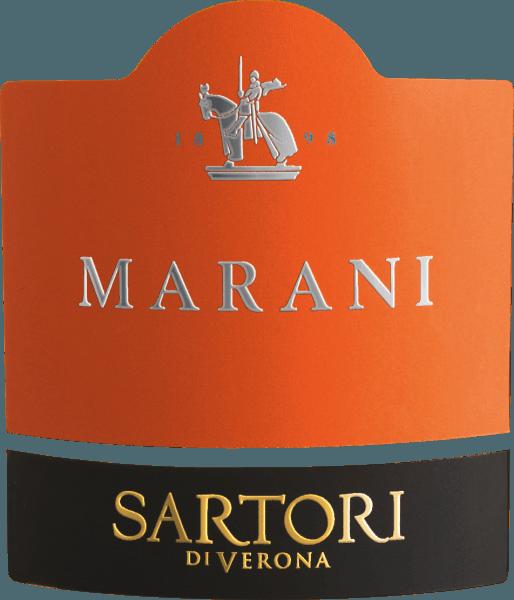 Marani Bianco Veronese od Sartori di Verona z Benátska odhaľuje jasnú, platinovo žltú farbu skla. Toto biele víno Sartori di Verona odhaľuje do nosa všetky druhy čiernych ríbezlí, čučoriedok, ostružin a moruše. Sartori di Verona Marani Bianco Veronese zaujme svojou elegantne suchou chuťou. Bol umiestnený na fľašu len so 6,8 gramami zvyškového cukru. Ide o skutočné akostné víno, ktoré sa jasne odlišuje od jednoduchších kvalít, a preto taliančina prirodzene očarí najlepšou rovnováhou v celej sušine. Chuť si nevyhnutne nevyžaduje veľa zvyškového cukru. Vyvážené a komplexné, toto krémové biele víno je na poschodí. Vďaka svojej stručnej ovocnej kyslosti je Marani Bianco Veronese výnimočne čerstvé a živé na poschodí. Finále tohto bieleho vína z vinohradníckeho regiónu Veneto zaujme pozoruhodným ozvením. Povrchovú úpravu sprevádzajú aj minerálne tváre vápenatých pôd. Vinifikácia Sartori di Verona Marani Bianco Veronese Toto vyvážené biele víno z Talianska sa vyrába z odrody hrozna Garganega. Vo Venete vinič, ktorý vyrába hrozno pre toto víno, rastie na vápencových pôdach. Po zbere hrozno dorazí do lisovne najrýchlejším spôsobom. Tu budete triedené a starostlivo rozdelené. Potom nasleduje fermentácia v nerezovej nádrži a vo veľkom dreve pri kontrolovaných teplotách. Po fermentácii dozrieva Marani Bianco Veronese 3 mesiace v dubových sudoch. Odporúčanie potravín pre Marani Bianco Veronese od Sartori di Verona Vychutnajte si toto biele víno z Talianska mierne ochladené pri teplote 11-13°C ako spoločník čakankového kari, kapustových rulád alebo zemiakovej panvice s lososom.