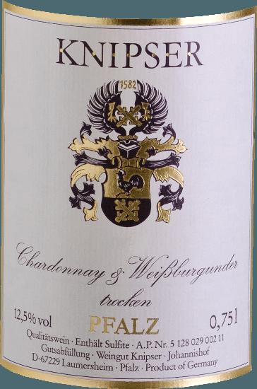 """Knipserovia tiež vedia, že rod burgundských odrôd hrozna posilňuje rôzne vlastnosti v kolektíve. Rovnako tak aj títo dvaja protagonisti - Chardonnay & Weißburgunder von Knipser -, ktorí pochádzajú z tej istej škôlky, ale tiež sa vydajú svojimi vlastnými cestami charakteru. Zatiaľ čo Chardonnay sa považuje za najlepšiu odrodu bieleho vína na svete, Pinot Blanc je známy skôr v našej zemepisnej šírke ako vo vysokej kvalite. Výsledkom oboch dohromady je nádherne harmonické víno, ktoré kombinuje rovnako elegantný tok pitia, ale aj chutnú taveninu. Chardonnay a Pinot Blanc od Knipser je nádherne suché palatinátové biele víno, ktoré len zriedka nájdete. V žltých šatách so zelenými odrazmi toto nemecké víno svieti a má šťavnatú vôňu zrelého miestneho ovocia, ako sú hrušky alebo čerstvé slivky. Vinifikácia Chardonnay a Pinot Blanc spoločnosťou Knipser Obe odrody hrozna cuvée už rastú spolu na vinici, čo v skutočnosti zodpovedá klasickému zmiešanému súboru. Hrozno oboch odrôd sa zbiera ručne a fermentuje spoločnev nerezovej nádrži s regulovanou teplotou. Odporúčanie jedla pre Knipser Chardonnay & Pinot Blanc Toto suché biele víno z Nemecka je skvelým sprievodcom čerstvého letného šalátu alebo ľahkých rybích jedál v krémovej omáčke. Recenzie pre tlač Chardonnay - Pinot Blanc Cuvée by Knipser Eichelmann - Nemecké vína """"Chardonnay & Pinot Blanc je veľmi príjemný s množstvom tavenia, nádhernešťavnaté a chutné cuvée blízkych príbuzných."""" Sprievodca vínom Gault-Millau"""" Perfektné gastronomické víno, ktoré osloví neuveriteľný počet hostí, pretože je veľmi univerzálne a napriek tomu sa nikdy neuctieva. """""""