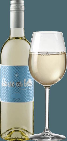 La vie est belle - život môže byť tak krásny. Toto svieže biele víno je také ľahké a bezstarostné. Víno La Vie est belle očarí svojou čerstvou a ľahkou chuťou a nízkym obsahom alkoholu, najmä v lete. Toto víno sprostredkúva uvoľnený životný štýl a prinúti vás urobiť si piknik na jasnom slnku. La vie est belle blanc sa v pohári prezentuje vo svetlo slamenej žltej farbe, rozkladajúc svoju sviežu a intenzívnu kyticu s vôňou grapefruitu, citrusovej šupky a bielych kvetov. Na poschodí môžete cítiť tóny plne zrelých limiet a ružového grepu. Osviežujúca kyslosť je v dokonalej rovnováhe s jemnou zvyškovou sladkosťou tohto vína z Francúzska. Vinifikácia bieleho vína La vie est belle Toto čerstvé víno vyrobené zo 100% hrozna Colombard zrelo v oceľovej nádrži. Keďže víno nebolo úplne kvasené a použili sa vybrané úrody s nižším stupňom Oechsle, La Vie Est Belle Blanc zaujme obsahom alkoholu nižším ako 10% obj. a jemnou, diskrétnou zvyškovou sladkosťou, ktorá mu dodáva nádhernú taveninu. Odporúčania týkajúce sa potravín pre La vie est belle blanc Nízky obsah alkoholu robí z tohto juhofrancúzskeho vína ideálne letné víno. Vychutnajte si toto biele víno s ľahkými letnými pokrmami, antipastami a šalátmi.