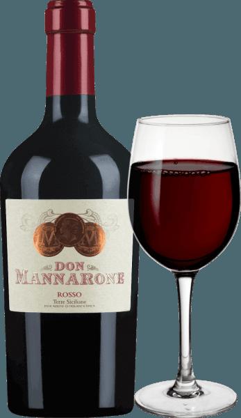 Don Mannarone Terre Siciliane od Mánnary sa v pohári objavuje v silnej tmavočervenej farbe. V nose sú okamžite viditeľné ovocné vône zrelého, červeného bobuľového ovocia. Podlaha je plná barokovej hojnosti. Tu sa nachádzajú vône bobuľového ovocia (najmä kasza, slivky, šťavnaté ostružiny a višne) a dopĺňajú ich vôňa stredomorských bylín (tymián) a teplých korenín (vanilka, korenie). Tanín je jemný a veľmi jemný, kyselina je výborne integrovaná. Zvuk je extrémne dlhý a môžete vidieť, že Don Mannarone je vlajkovou loďou vinárstva. Tu sa opäť do popredia dostáva plné bobuľové ovocie a teplé korenie. Vinifikácia Dona Mannarona Rossa Mánnaru Mánnarov Don Mannarone IGT Terre Siciliane je cuvée vyrobené z Nero d 'Avola, Merlot a Syrah. Hrozno rastie v západnej časti Sicílie za najlepších podmienok. Pôda pozostáva prevažne z hliny bohatej na kremičitany. Po jemnom zbere sa hrozno privezie do vinárstva, zmieša sa tam a zreje oddelene v nerezovej oceli a v bariérových sudoch. Po dozrievaní sa víno cuvéed. Pomenovaný po zakladateľovi vinárstva, Don Mannaronepripomína severnej talianskej Amarone vo svojom štýle, pretože jeho hojnosť aróm a jemné, ale dobre integrovaný zvyškový cukor. Odporúčania k jedlu pre Rosso Don Mannarone Don Mannarone Rosso z Mánnary je ideálnym doplnkom k jedlám s tmavým mäsom, pikantnými omáčkami a rôznou zimnou zeleninou pri teplote 16-18°C. Ale je to tiež vynikajúce meditačné víno samo osebe, ktoré môže sprevádzať spoločenský večer.