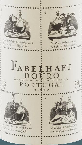Živé rubínovo červené Niepoort Vynikajúce Douro Tinto ukazuje fialové odrazy a lesky so strednou hustotou farby v skle. Živý voňavý nos tohto červeného vínneho cuvée z Touriga Franca, Touriga Nacional, Tinta Roriz, Tinta Amarela a ďalších odrôd hrozna presvedčí čerstvou, hlbokou a veľmi intenzívnou vôňou lesných bobúľ, šťavnatých ostružin a sliviek. Sladké koreniny a bylinné čajové lístky sa harmonicky miešajú s balzamickým charakterom báječného Douro Tinto. Úžasné Tinto na poschodí odhaľuje elegantnú, objemnú a mladistvú sviežu chuť s výrazne minerálnym profilom. Krásna, živá ovocná kyselina a mäkké taníny dopĺňajú vyvážený pocit na poschodí. Okrem obsahu, exteriér fľaše červeného vína je tiež pozoruhodný v Fabulous Tinto. Dirk Niepoort si vybral príbeh Wilhelma Buscha, v súčasnosti príbeh havrana Hansa Huckebeina. Jeho život končí zle, v neposlednom rade konzumáciou alkoholu, a doteraz formoval koncept katastrofického nájazdu. Príbehy ako Pickebein sú dôvodom, prečo Niepoort dal tejto vinárskej sérii názov Fabulous - a chutia tak! Dirk Niepoort dokázal s Fabulous Tinto, že charakteristické červené vína z Portugalska sú možné za spravodlivú cenu. Nielen to, s jeho Wilhelm Busch štítok tiež vizuálne vytvoril víno, ktoré možno rozpoznať okamžite. Vinifikácia báječného Tinta Zber sa začína začiatkom septembra, pričom hrozno pre báječné vína Douro sa zbiera predovšetkým so zameraním na čerstvosť, kyslosť a ovocie. Najmä prezreté hrozno by sa malo vyhnúť báječné Douro Tinto. Po výbere zberaného materiálu v pivnici bolo hrozno odšrotované, drvené a kvasené. Po kvasení 15% vína zrelo 12 mesiacov vo francúzskych dubových sudoch (druhý chod). Odporúčanie jedla pre Fabulous Wine Tinto von Niepoort Vychutnajte si toto portugalské červené víno s cestovinami s pikantnou zeleninovou alebo mäsovou omáčkou, s pizzou a s jedlami s hovädzím alebo bravčovým mäsom. Ocenenia, ocenenia a ceny pre Niepoort Vynikajúce Douro Tinto Falstaff: 91 Body za 2017 Mundus Vini: Striebro za 2016 Mei