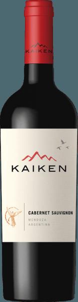 Cabernet Sauvignon od Viña Kaiken je nádherné argentínske červené víno cuvée vyrobené z Cabernet Sauvignon (95%) a Malbec (5%). Toto víno svieti v pohári tmavorubínovou červenou. Kytica odhaľuje silnú vôňu červených bobúľ - obzvlášť výrazné sú ostružiny a čučoriedky. Vôňu nosa sprevádzajú náznaky horkej čokolády, kávy a tabaku. Chuť je rozmaznávaná aj silnou vôňou bobúľ. To je sprevádzané pikantnou, šťavnatou osobnosťou, ktorá dokonale harmonizuje s dobre integrovanými, mäkkými taninami. Finále je nádherne vyvážené a hodvábne. Vinifikácia Kaiken Cabernet Sauvignon Hrozno sa zbiera v optimálnej zrelosti a jemne fermentuje v nerezovej nádrži. Aby si toto červené víno získalo svoju pikantnú osobnosť, 60% zreje v dreve - 9 mesiacov v americkom dube. Zvyšných 40% tohto argentínskeho červeného vína dozrieva v nerezovej nádrži, aby toto víno získalo svoje nezameniteľne silné ovocie. Odporúčania pre Cabernet Sauvignon Viña Kaiken Toto suché červené víno z Argentíny je lahodne ružové pečené jahňacie filé alebo aj hovädzie filé, lasagne alebo dokonca zrelý, pikantný syr.