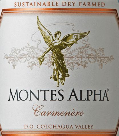 Montes Alpha Carmenère sa vinifikuje z odrôd hrozna Carmenère (90%) a Cabernet Sauvginon (10%). V pohári iskrí toto červené víno je krásne rubínovo červené. Kytica poteší vôňou čierneho korenia, zrelých červených bobúľ a čokolády. Vôňa nosa je jemne sprevádzaná nádychom vanilky a nádychom tmavých sliviek. Čilské červené víno je mäkké a harmonicky vyvážené na poschodí. Jemné taniny a nádherne integrované dubové tóny vedú do zvodných, nádherne dlhých finále. Vinifikáciaviniča Carmenère Montes Alpha Po starostlivom ručnom zbere sa hrozno celkom 7 dní drví za studena pri teplote 9°C. Potom nasleduje alkoholová fermentácia počas 10 dní. Pre nádherné drevené nuansy a silnú farbu vyzrieva toto červené víno 12 mesiacov v nových a použitých francúzskych dubových barikádach. Toto červené víno sa vyleje nefiltrované na fľašu. Odporúčania týkajúce sa potravín pre Montes Alpha Carmenère Odporúčame toto suché červené víno z Čile so silnými pikantnými jedlami zo zveri s ružičkovým kelom a krúhlymi zemiakmi, jemným jahňacím mäsom z grilu alebo s dusenými jahňacími pečienkami.