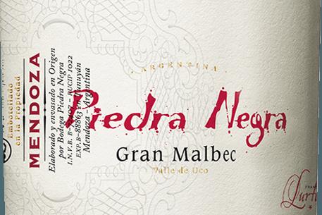 Gran Malbec z Bodega Piedra Negraje vynikajúce argentínske červené víno z vinohradníckej oblasti Mendoza Chacayes. V pohári, toto víno svieti v hlbokej čerešňovej červenej s fialovými zvýrazneniami. Pikantná ovocná kytica presvedčí nos výraznou vôňou tmavých bobúľ - najmä čučoriedok, moruší a čiernych ríbezlí, šťavnatých čiernych čerešní a teplých korenín, ako sú klinčeky a muškátový oriešok. Vďaka dubovému rezbárstvu sa pridávajú odtiene toastu, kávy, vanilky a mierneho tabaku. Stredné telo hýčká poschodie šťavnatou, elegantnou štruktúrou a koncentrovanou ovocnou plnosťou. Štruktúrované taniny sú husto a jasne tkané do tohto argentínskeho červeného vína. Nádherne harmonické a vyvážené červené víno, ktoré svieti vo finále vynikajúcou dĺžkou. Vinifikácia Gran Malbec Piedrou Negrou Hrozno Malbec rastie v nadmorskej výške približne 1100 m vo viniciach Vista Flores v Mendoze. Zber sa vykonáva výlučne ručne v krabiciach s hmotnosťou 20 kg. Po umiestnení do vínnej pivnice sa zberaný materiál striktne vyberá na vibračných triediacich stoloch. Vybrané bobule sa najprv 3 dni za studena drvia a potom fermentujú pri kontrolovanej teplote (26 stupňov Celzia) v obalených betónových sudoch. Po ukončení procesu kvasenia toto víno zostane na kaši 2 týždne. To odstraňuje ďalšie farebné pigmenty, arómy a jemné taniny z bobuľovej šupky. Napokon, toto červené víno zreje v ročných francúzskych dubových barikádach celkom 18 mesiacov. Odporúčania týkajúce sa potravín pre Piedra Negra Gran Malbec Toto suché červené víno z Argentíny je vynikajúcim sprievodcom ragú z diviakov, cestovinových jedál v pikantných omáčkach alebo so zrelým syrom a bajonetovou šunkou. Odporúčame otvoriť toto červené víno najmenej 2 hodiny pred vychutnaním. Oceneniapre Gran Malbec od Piedra Negra Robert. M. Parker - Wine Advocate: 91 Body za rok 2011
