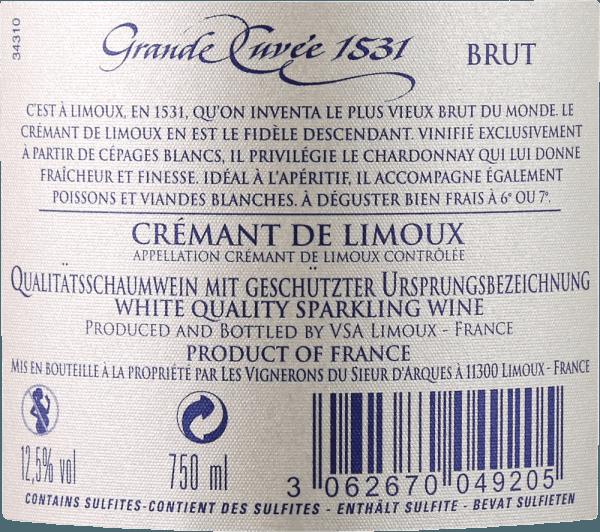 """Ocenené víno Crémant Grande Cuvée 1531 od Sieur d 'Arques je považované za jedno z najlepších šumivých vín v južnom Francúzsku a bolo pomenované po roku, v ktorom bolo vynájdené alebo objavené kvasenie fliaš vo Francúzsku. V brilantnom bielom zlate sa v pohári objaví tento Crémant de Limoux. Jemný perlage prepravuje vôňu zeleného jablka, hrušky a medu, rovnako ako kvetinové tóny bielych kvetov. Na poschodí sa jemnosť tohto šumivého vína odráža v jemnej, zdržanlivej kyslej štruktúre a vynikajúcom mousseux. Aj tu sa rozvíja jeho sviežosť, spolu s vôňou medu a zeleného jablka, ako aj elegantnou minerálnosťou. Pri strednom ozvení je opäť zrejmý živý charakter tejto klasiky. Vinifikácia Aimery Grande Cuvée 1531 Crémant Ocenený režisér vinohradníckeho družstva Sieur d 'Arques vzdáva hold významnej historickej udalosti. Prvá oficiálna zmienka o šumivom víne z Francúzska pochádza z roku 1531. V tom čase mnísi z opátstva St. Hilaire objavili kvasenie fľaše tým, že nechali polokvasený hroznový mušt v uzavretých fľašiach. Keďže oxid uhličitý nemohol uniknúť, rozpustil sa vo víne a spôsobil mravčenie. Sieur d 'Arques sa nachádza v Langedocu a pozostáva zo štyroch rôznych terroirov: Autan, Méditerranéen, Océanique a Haute-Vallée tvoria vinohradnícky základ pre Crémant de Limoux. V závislosti od želaní a poveternostných podmienok, enológovia domu majú prístup k výnosom klimaticky odlišných terroirs. Crémant 1531 Grande Cuvée sa skladá z odrôd hrozna Chardonnay, Chenin Blanc a Pinot Noir. Tieto sa zbierajú skôr ako hrozno z tichých vín, aby sa zabezpečila stabilná štruktúra kyslosti. Základné vína sa potom kvasia druhýkrát podľa """"tradičnej metódy"""" - t. j. pri klasickom kvasení fľaše. Grande Cuvée 1531 je potom na kvasinkách 12 mesiacov. Odporúčanie jedla pre Aimery Grande Cuvée 1531 Grande Cuvée 1531 je vynikajúci aperitív. Hodí sa aj k predjedlám alebo dezertom, ako je créme brûlée. Ocenenia pre Grande Cuvée 1531 Falstaff: 90+ bodov a 2. miesto v Crémant Tasting 2018 Súťaž Généra"""